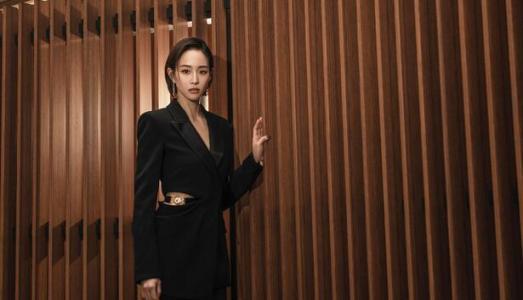 张钧甯腰间镂空设计西装 酷飒满分展现时尚魅力